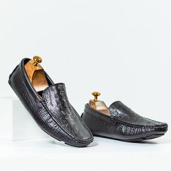 De klassieke zwarte schoenen van mannen close-up