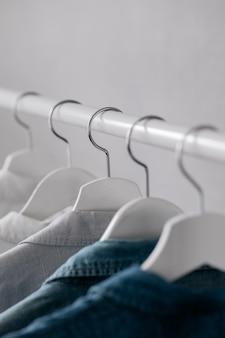 De kledingkast kleding opknoping op hangers stijlvolle kast selectie op een rail in de woonkamer