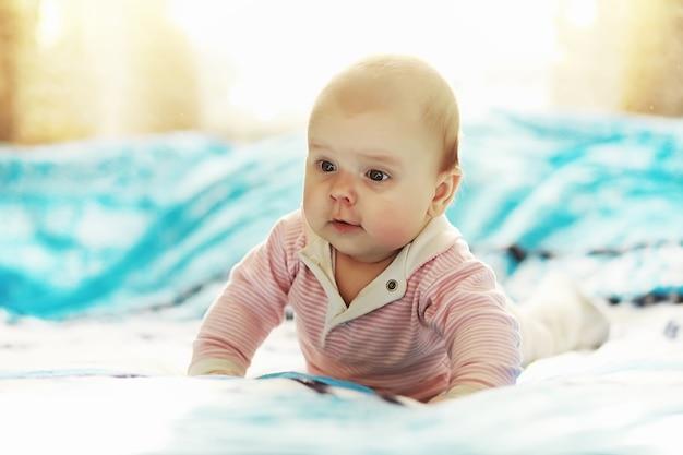 De kleine baby ligt op de wieg. net geboren baby.