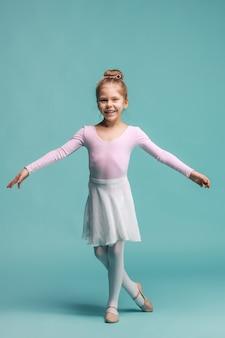 De kleine balerinadanser op blauwe ruimte