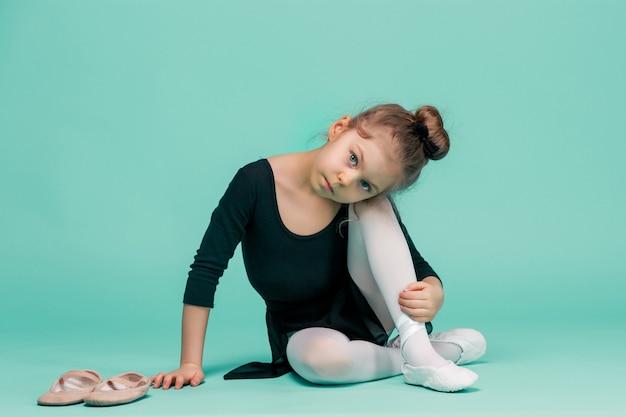 De kleine ballerinadanseres op blauw