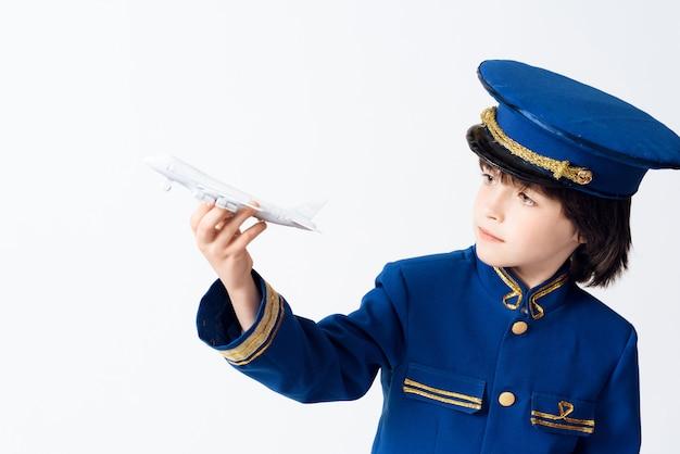 De kleine jongen leert het beroep van piloot.
