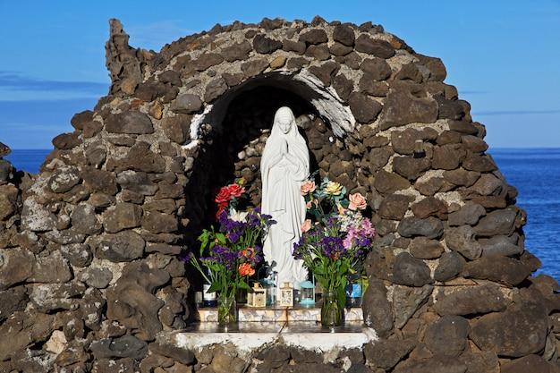 De kleine kerk in hanga roa op paaseiland, chili