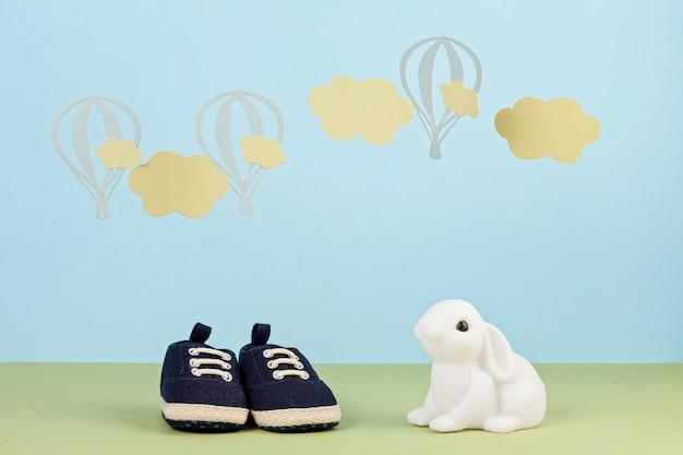 De kleine leuke schoenen van de babyjongen over de blauwe achtergrond