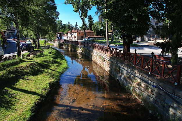 De kleine rivier in koprivshtitsa, bulgarije
