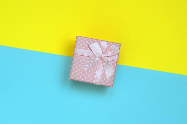 De kleine roze giftdoos ligt op textuurachtergrond