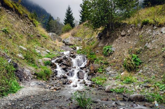 De kleine waterval in uzungol in trabzon