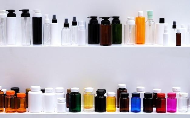 De kleuren en patronen van plastic flessen die in de industrie worden gebruikt.
