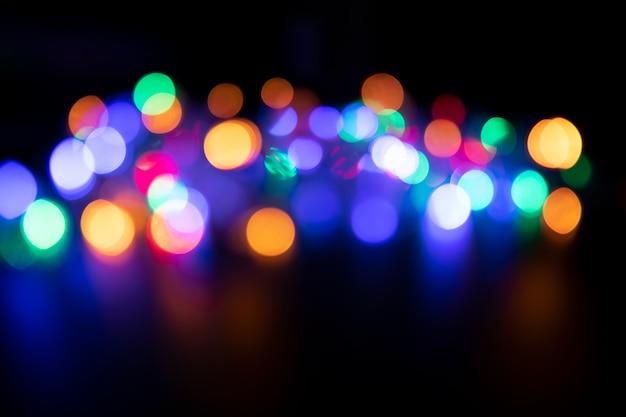 De kleuren van de lichten knipperen blauw, groen, paars en oranje in de vorm van bokeh.