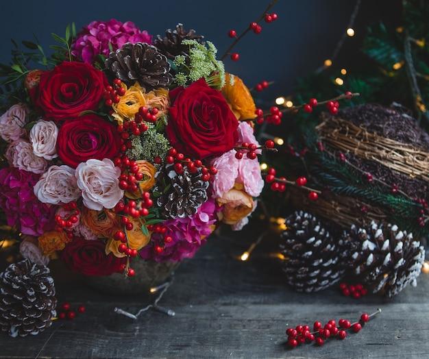 De kleurenboeket van kerstmis met kerstmislichten en ornamenten