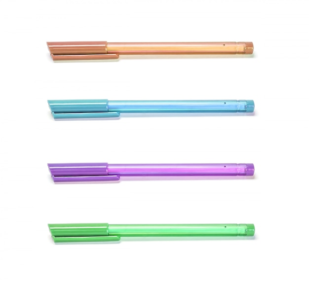 De kleurenpennen van de close-up die op witte achtergrond worden geïsoleerd