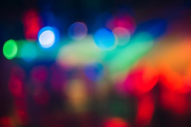 De kleurrijke bokehachtergrond met defocused vaag licht