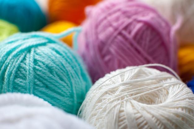 De kleurrijke close-up van de garenbal