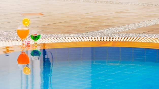 De kleurrijke cocktail van de de zomerdrank bij zwembad