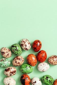 De kleurrijke eieren van chocoladekwartels op lichtgroen. vogels kleine eieren, lente pasen vakantie achtergrond.