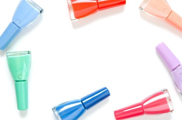 De kleurrijke flessen van het spijkerspoetsmiddel die op wit worden geïsoleerd