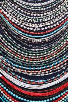 De kleurrijke halsbanden op een markt sluiten omhoog