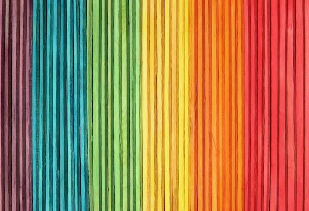 De kleurrijke houten achtergrond van de muurtextuur in heldere regenboogkleuren.