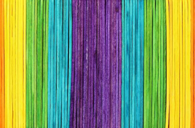 De kleurrijke houten achtergrond van de muurtextuur in heldere regenboogkleuren