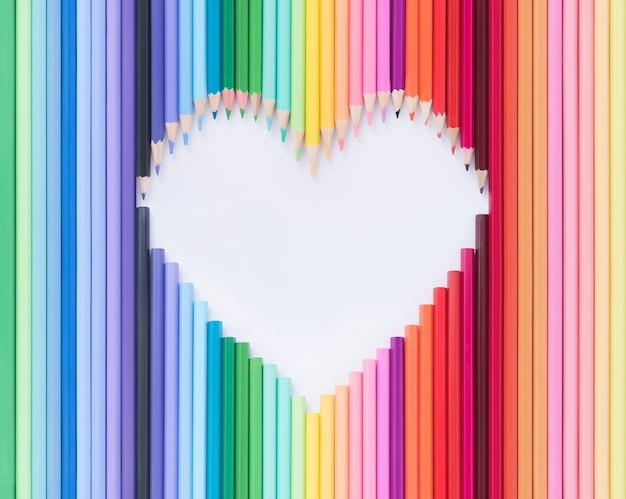 De kleurrijke houten geïsoleerde vorm van het potlodenhart