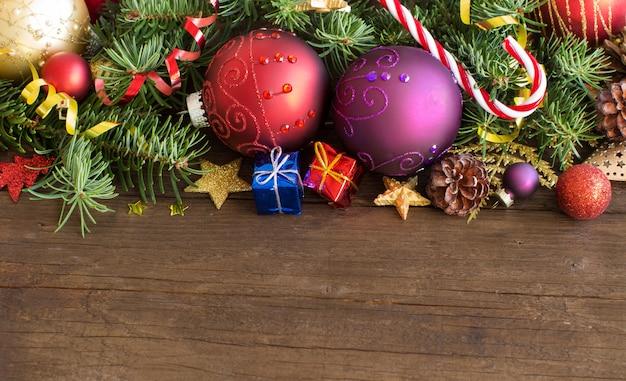 De kleurrijke kerstmisdecoratie sluiten omhoog op een houten lijst met exemplaarruimte