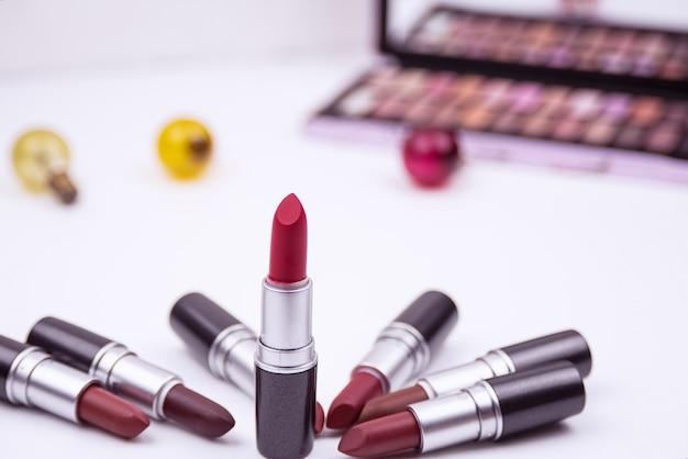 De kleurrijke lippenstift gezet op witte achtergrond