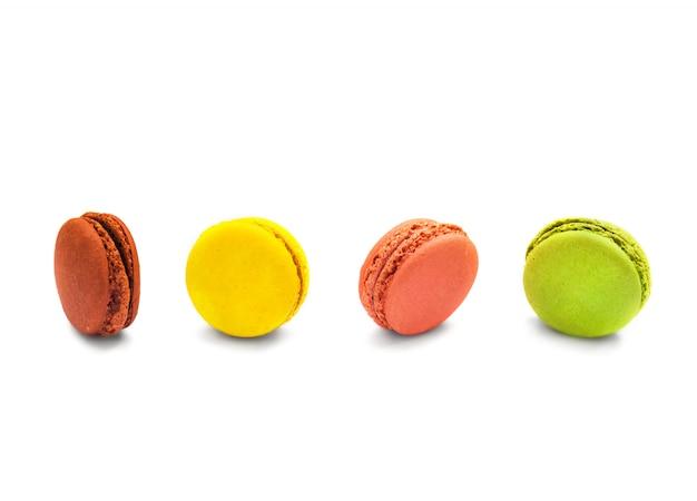 De kleurrijke makarons isoleren op wit.