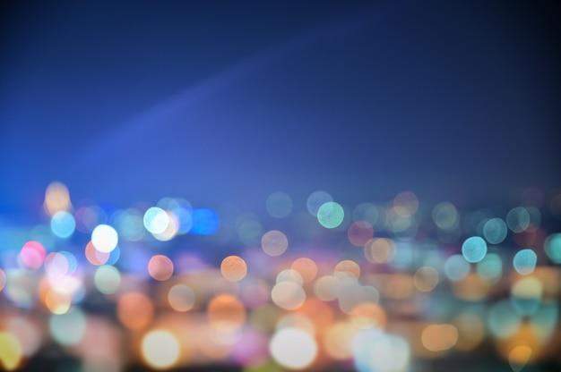 De kleurrijke nachtstad steekt bokeh achtergrond aan
