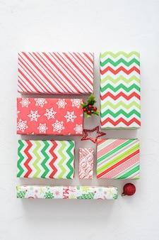 De kleurrijke rode en groene dozen van de kerstmisgift