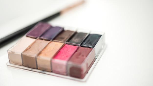 De kleurrijke schoonheidsproducten sluiten omhoog