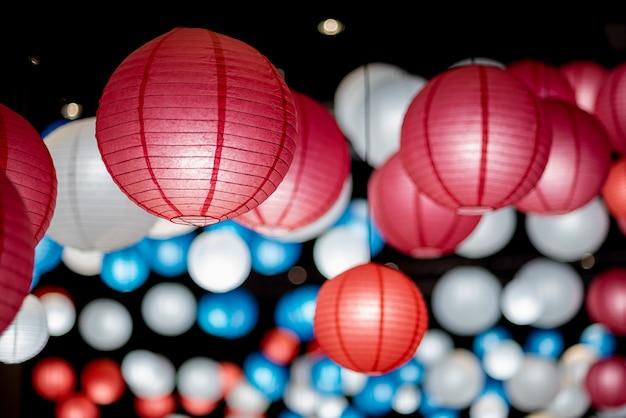 De kleurrijke traditionele japanse document lantaarn spreidde licht op de oude straat oude stad uit, zijn er rode blauwe en witte kleuren oude lantaarn, selectieve nadruk