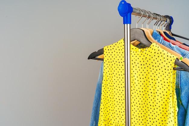 De kleurrijke verschillende kleren van de vrouw op hanger sluiten omhoog