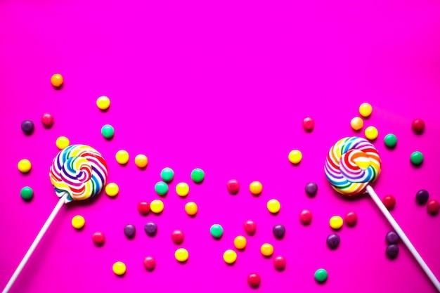 De kleurrijke vlakte van de verjaardagspartij legt achtergrond met copyspace.