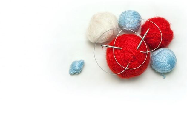 De kleurrijke wolballen voor handcraft dragen op witte achtergrond
