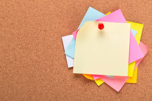De kleverige nota of de post is op cork bulletinaanplakbord