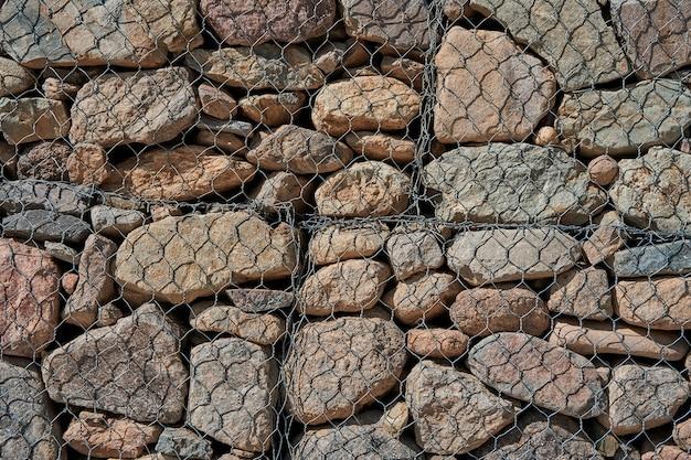 De klif langs de weg is bedekt met metalen gaas om het te beschermen tegen aardverschuivingen.