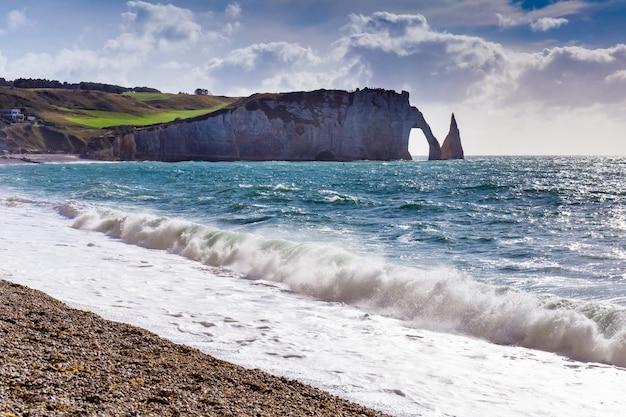 De klif van etretataval, rotsen en natuurlijk boogoriëntatiepunt en blauwe oceaan. normandië, frankrijk, europa.