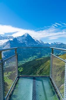 De klippengang van de hemel op eerste piek van de berg van alpen in grindelwald zwitserland