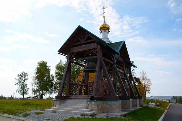 De klokken van het belogorsky-klooster op de achtergrond van de zomer blauwe hemel.