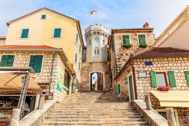 De klokkentoren en de poort naar de oude stad herceg novi, montenegro.