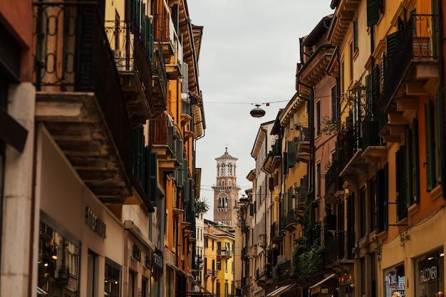 De klokkentoren van de kathedraal van verona.