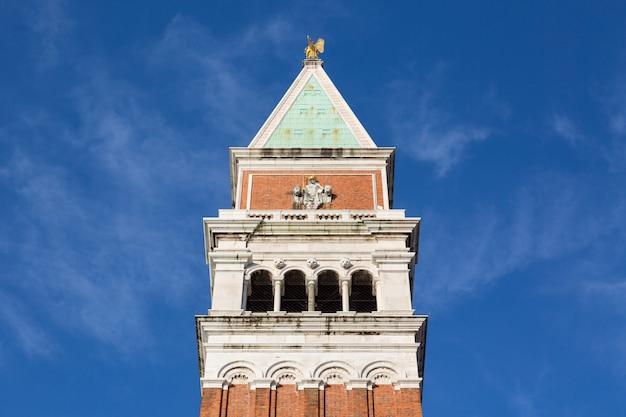 De klokkentoren van san marco, campanile in venetië, italië.