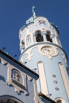 De klokketoren van kerk van heilige elizabeth hungarian riep ook blauwe kerk, bratislava, slowakije