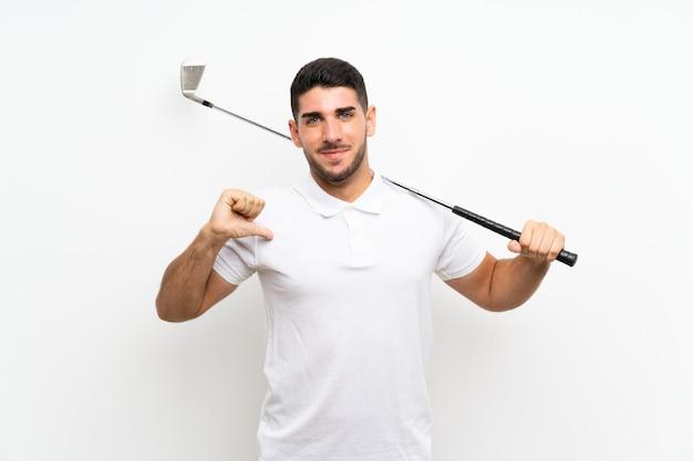 De knappe jonge mens van de golfspelerspeler over geïsoleerde witte trots en zelf tevreden