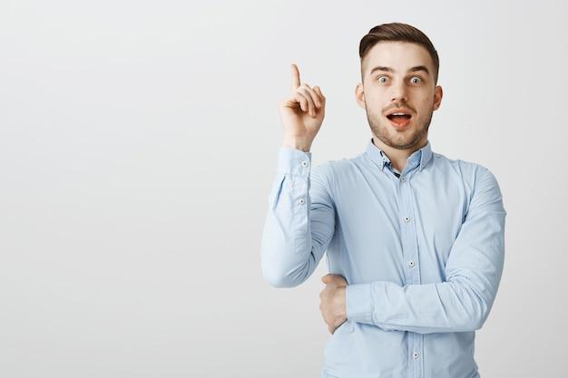 De knappe slimme kerel vond oplossing, wijsvinger opheffend in eureka-gebaar