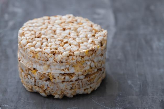 De knapperige toast van het rijstdieet op ceramisch oppervlak
