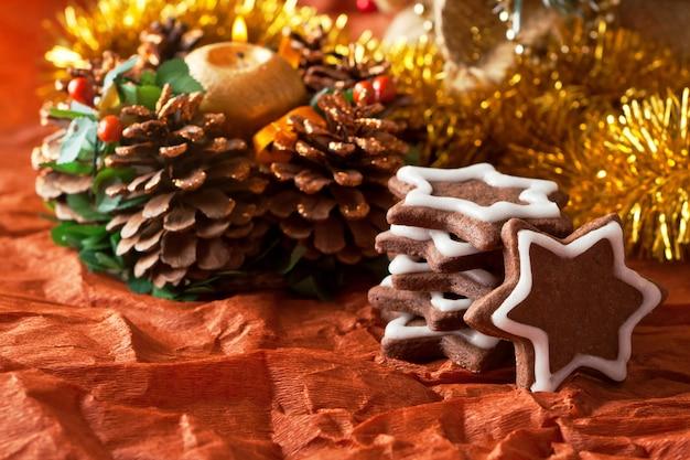 De koekjes van chocoladekerstmis op een kerstboomachtergrond