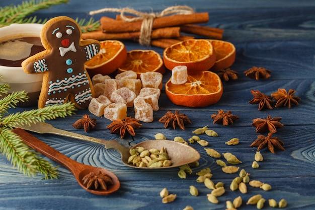 De koekjes van peperkoekmensen met hete drank