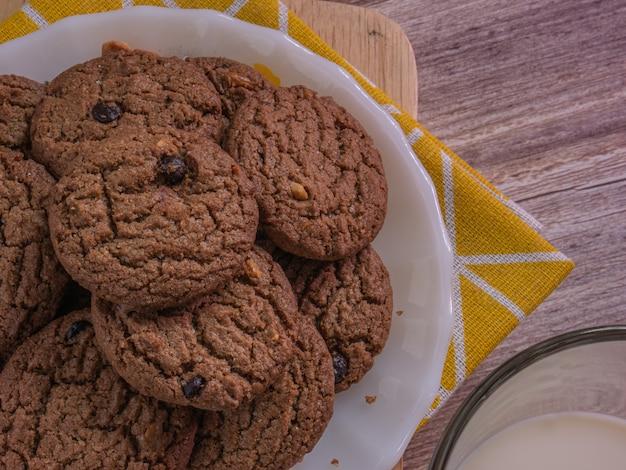De koekjeschocoladeschilfer op witte schijf voor voedselconcept