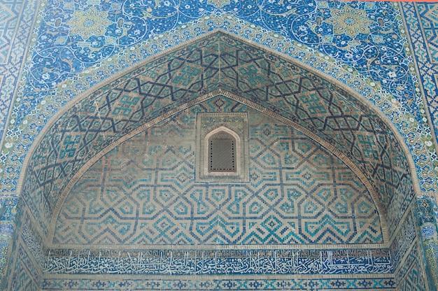 De koepel in de vorm van een boog in traditioneel aziatisch mozaïek details van de architectuur van azië